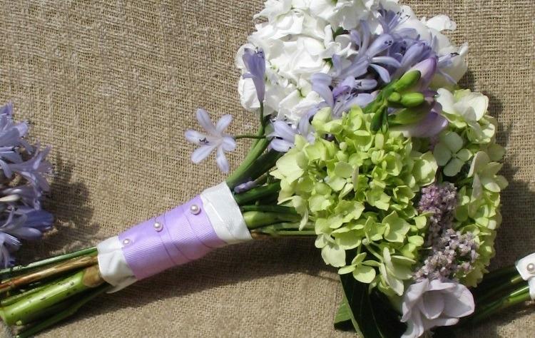 Свадебный букет с гортензией украшенный атласными лентами и бусинами