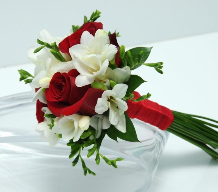 Сочетание с алыми розами