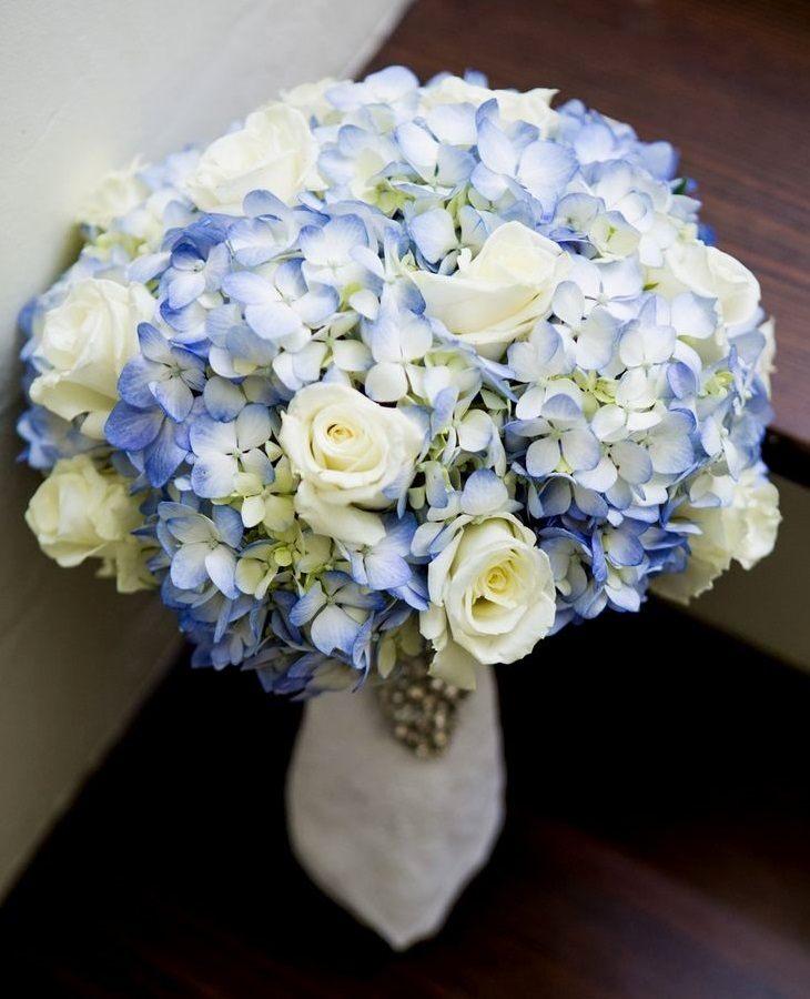 Сочетание белых роз и светло-голубой гортензии