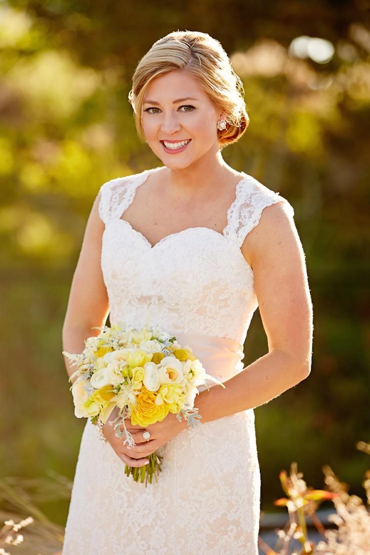 Сочетание яркого букета и классического белого платья