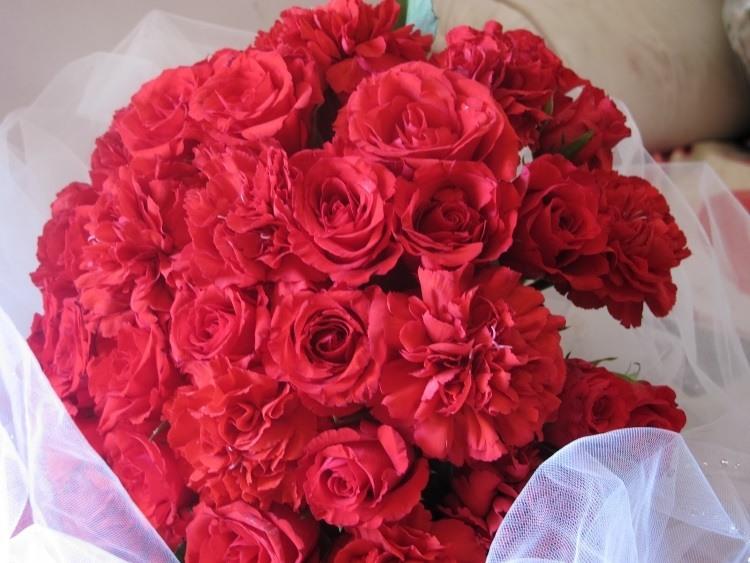 Композиция с гвоздиками и розами