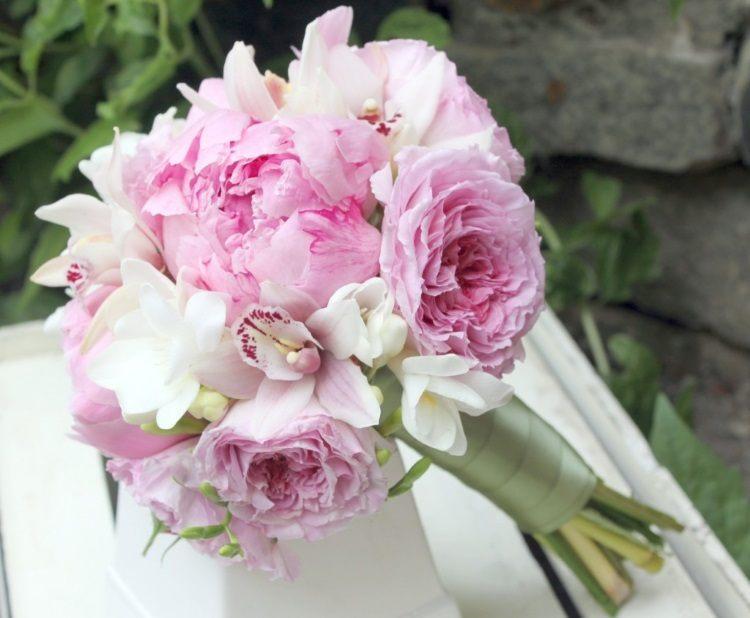 Композиция с орхидеями, розами, пеонами и фрезиями