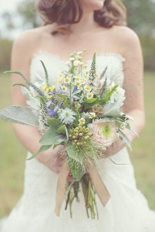 Композия с ромашками и полевыми цветами