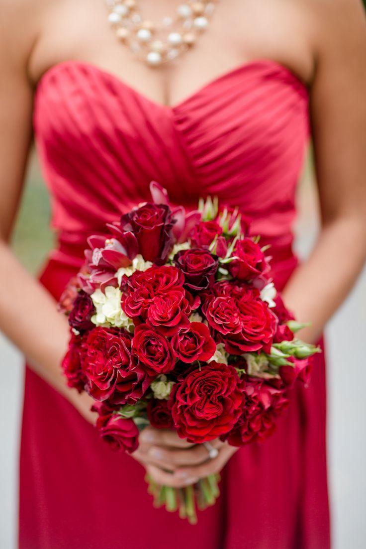 Красное платье с красным букетом