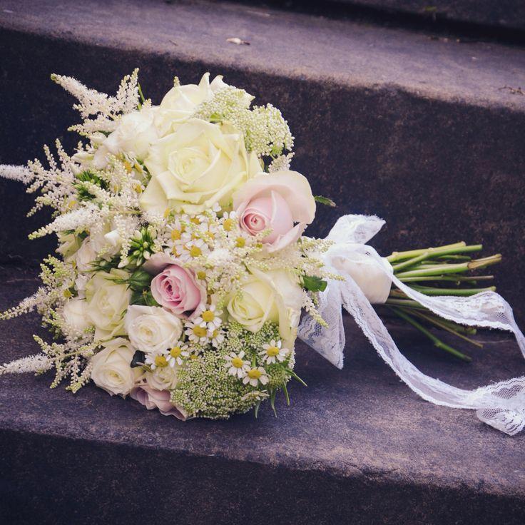 Сочетание с белыми и розовыми розами