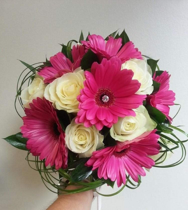 Розовые герберы и розы цвета айвори