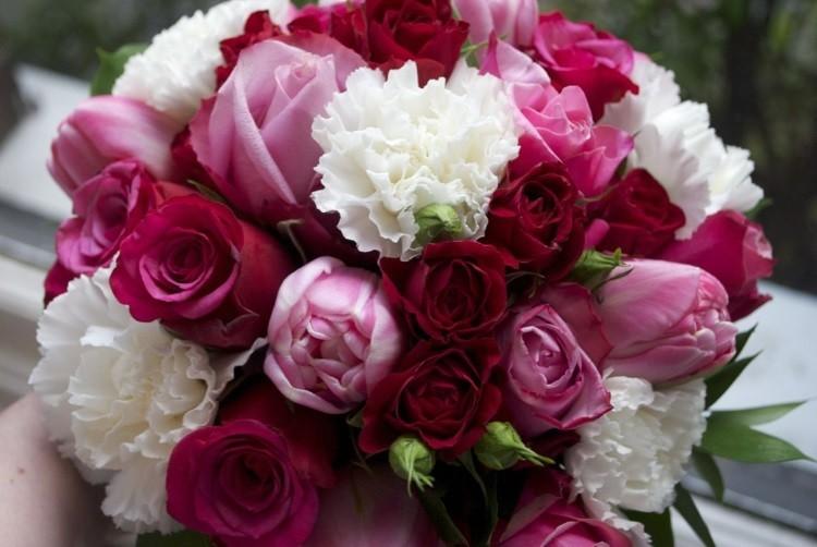 Сочетание красных роз и белых хризантем