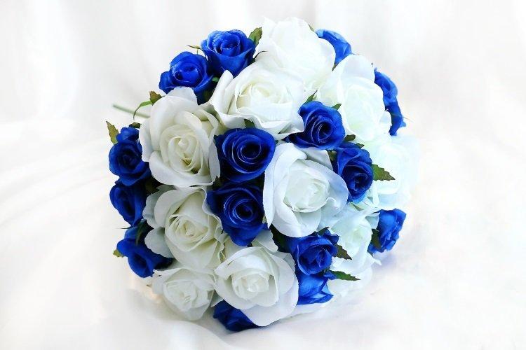 Букет с синими и белыми розами