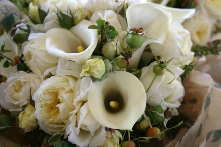 Белая летняя композиция – каллы с розами