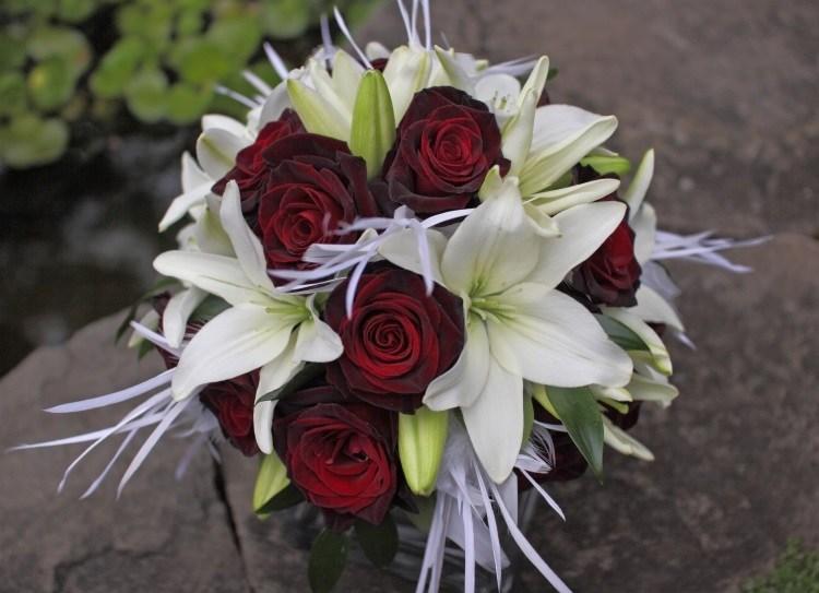 Сочетание темно-красных кустовых роз и белых лилий