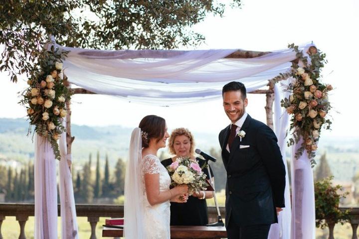 Свадебная арка из цветов и ткани