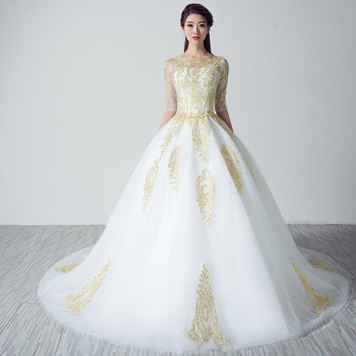 Белое пышное платье с золотистой вышивкой