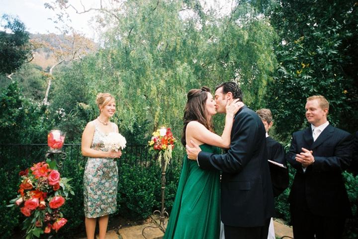 Невеста в прямом зеленом платье