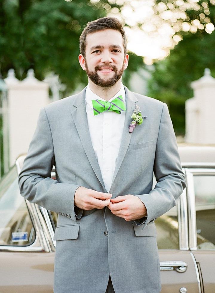 Серый костюм жениха, белая рубашка и галстук