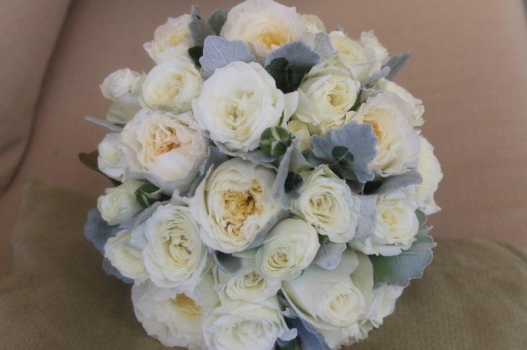 Монобукет из роз Остина, украшенный зеленью
