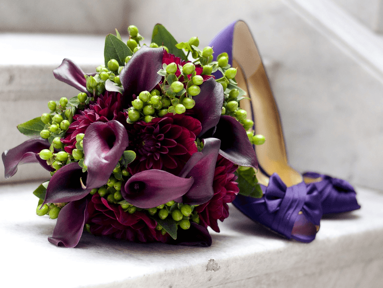 Каллы и хризантемы в одной композиции