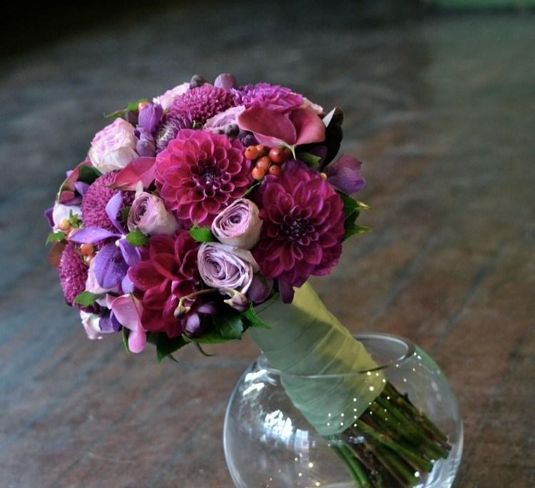 Хризантемы в сочетании с розами в свадебной композиции