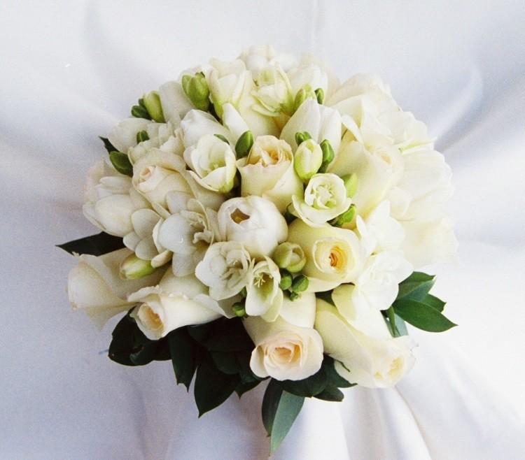 Композиция с белыми розами и фрезия