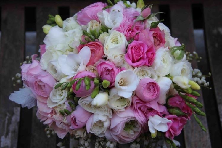 Ранункулюсы в сочетании с фрезиями и розами