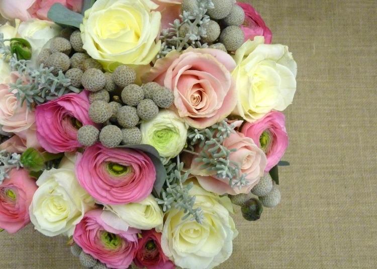 Ярко розовые лютики в сочетании с розами