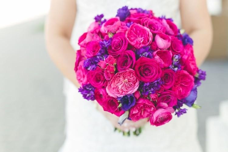 Сочетание розового и сиреневого цветов в свадебной композиции