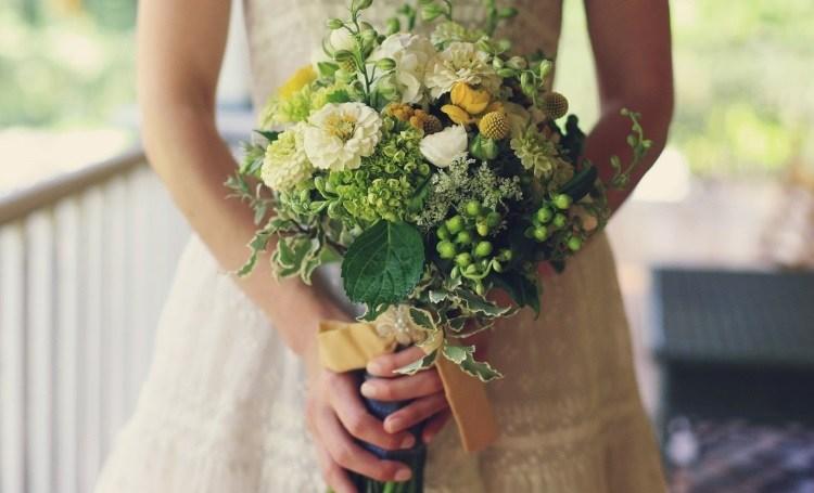 Красивый свадебный букет с хризантемами