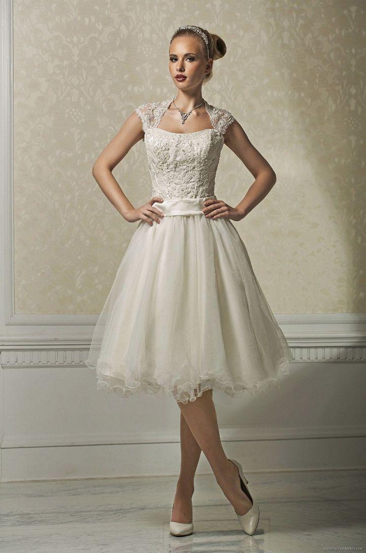 В коротком платье с прической бабетта и ободком