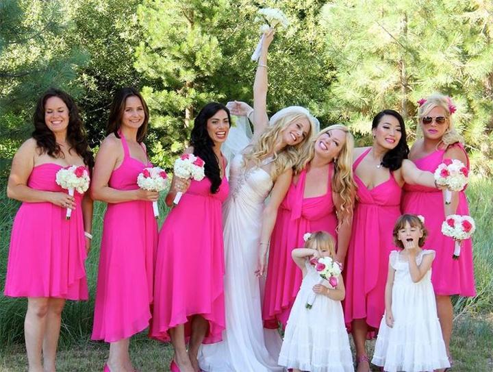 Невеста в белом прямом платье и подружки в розовых сарафанах