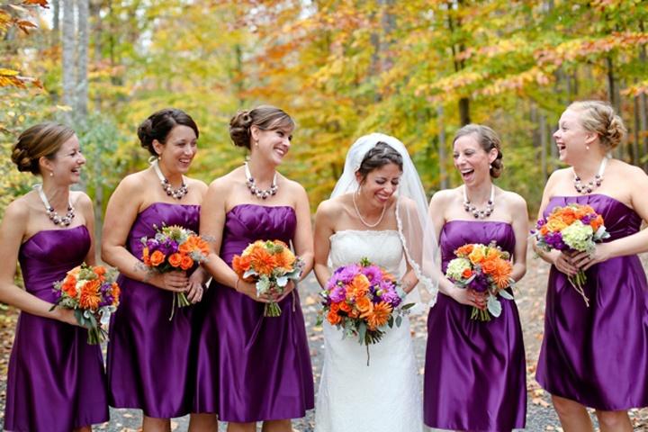 Подружки невесты в фиолетовых сарафанах