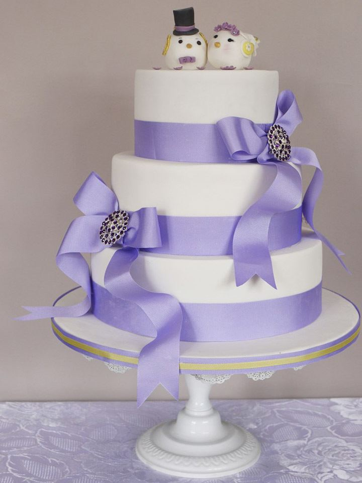 Свадебный торт в три яруса с белой основой и сиреневым декором