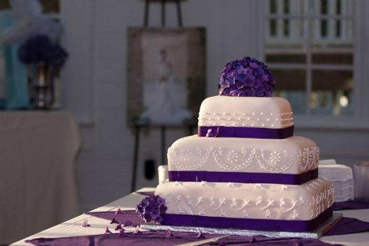 Свадебный торт с фиолетовым декором