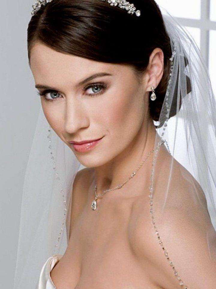 Свадебная прическа с хвостом, фатой и тиарой