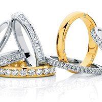 На какой руке обычно носят обручальное и помолвочное кольцо: что велят традиции