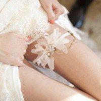 Зачем невесте нужна подвязка: ответы профессионалов