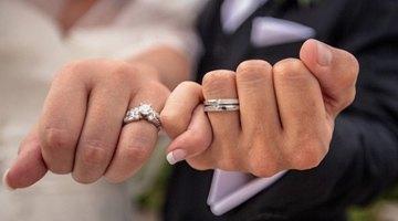 Два кольца у жениха на левой руке на безымянном пальце