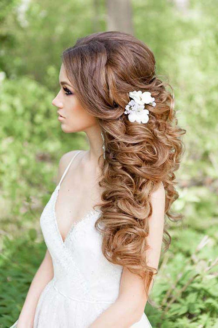 С распущенными волосами и цветком