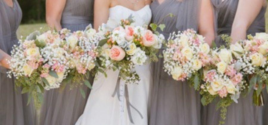 Яркий букет невесты: как сделать, чтобы он не потерялся на фоне наряда