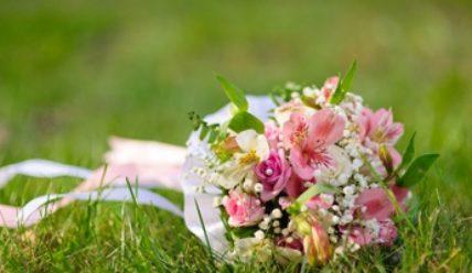 Яркий весенний букет, который поможет невесте «расцвести»: ищем подходящий вариант
