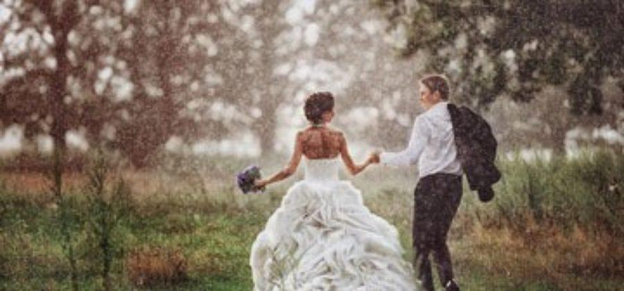 Дождь и свадебная фотосессия: как совместить несовместимое