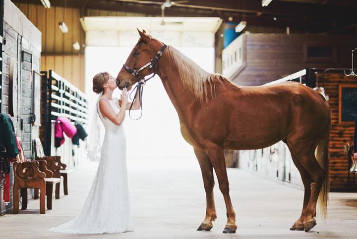 Красивая поза для фотосета с лошадьми
