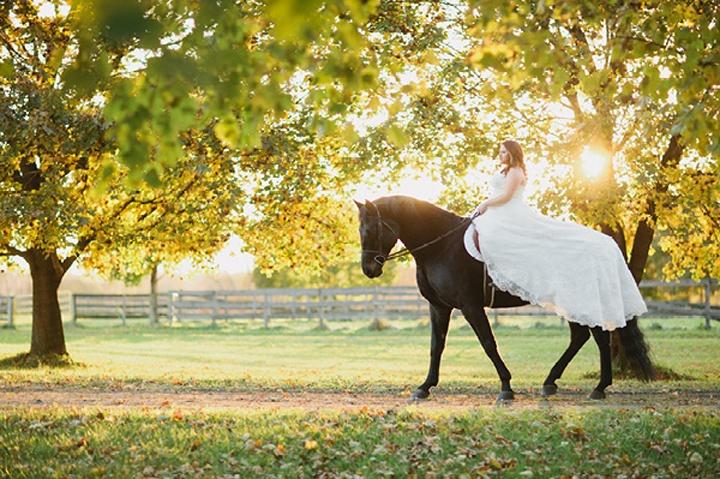 Невеста возле загона для лошадей