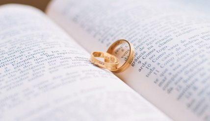 На какую руку одевают помолвочное кольцо